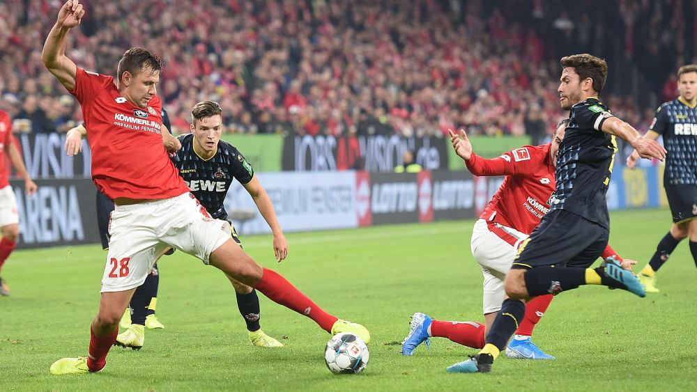 Etwas schneller am Ball: Der Mainzer Adam Szalai (li.) spitzelt den Ball vor Kölns Jonas Hector weg.