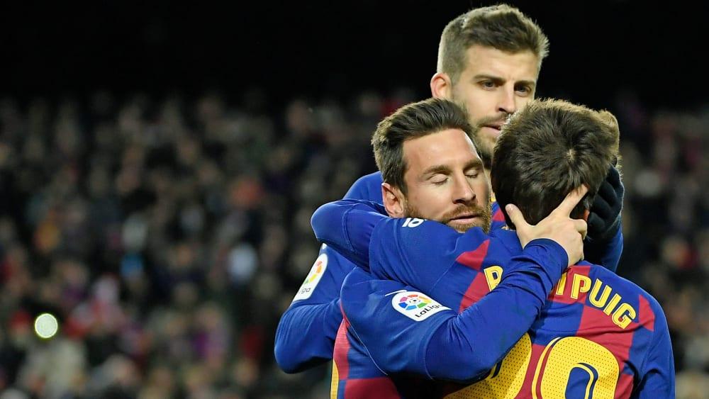Barcelonas Matchwinner Lionel Messi jubelt mit Riqui Puig