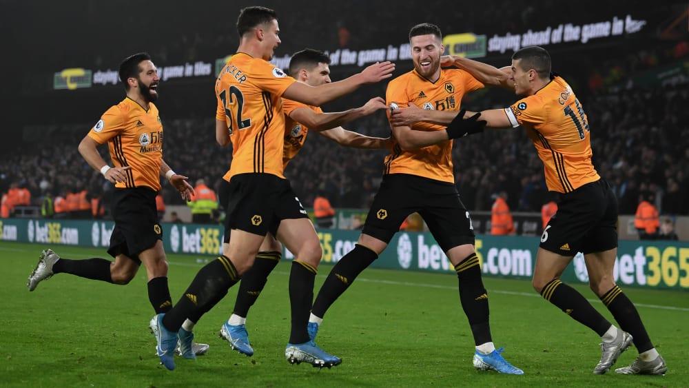 Erzielte den viel umjubelten Siegtreffer für die Wolverhampton Wanderers: Matt Doherty (2.v.r.).