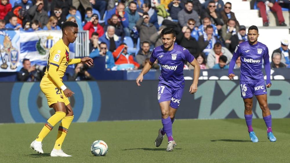 Lange ideenlos, am Ende Sieger: Barcelonas Junior Firpo (li.) im Duell mit Oscar Rodriguez von Leganes.