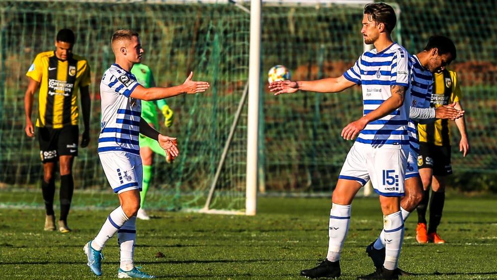 Hatten nach dem 3:1 über Vitesse Arnheim Grund zum Jubeln: Duisburg Neuzugang Matthias Rahn (Nummer 15) und sein Teamkollege Lukas Scepanik (2.v.l).