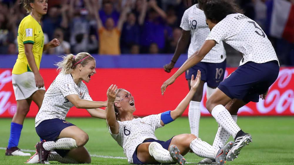 Der Treffer ins Viertelfinale: Die Französinnen bejubeln ihre Torschützin Amadine Henry.