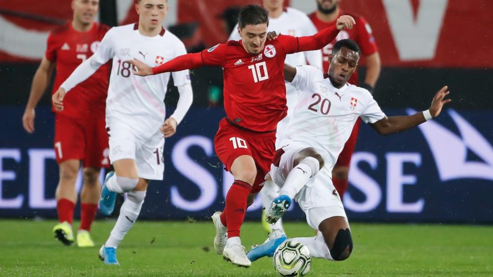Umkämpft: Der Georgier Otar Kiteishvili verliert die Kugel an den Schweizer Edimilson Fernandes.