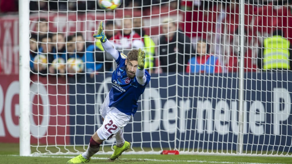 Sprang ein: Nürnbergs Feldspieler Enrico Valentini stand beim Elfmeterschießen zwischen den Pfosten.
