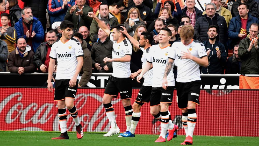 Die Spieler des FC Valencia feiern das 1:0 durch Maxi Gomez (2. v. li.).