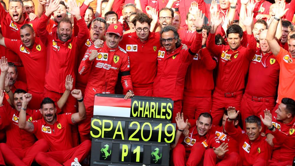 Das Ferrari-Team feiert mit Charles Leclerc