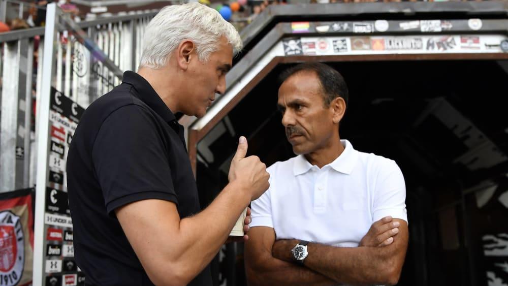 Sportchef Andreas Bornemann und Trainer Jos Luhukay diskutieren vor dem Spielertunnel