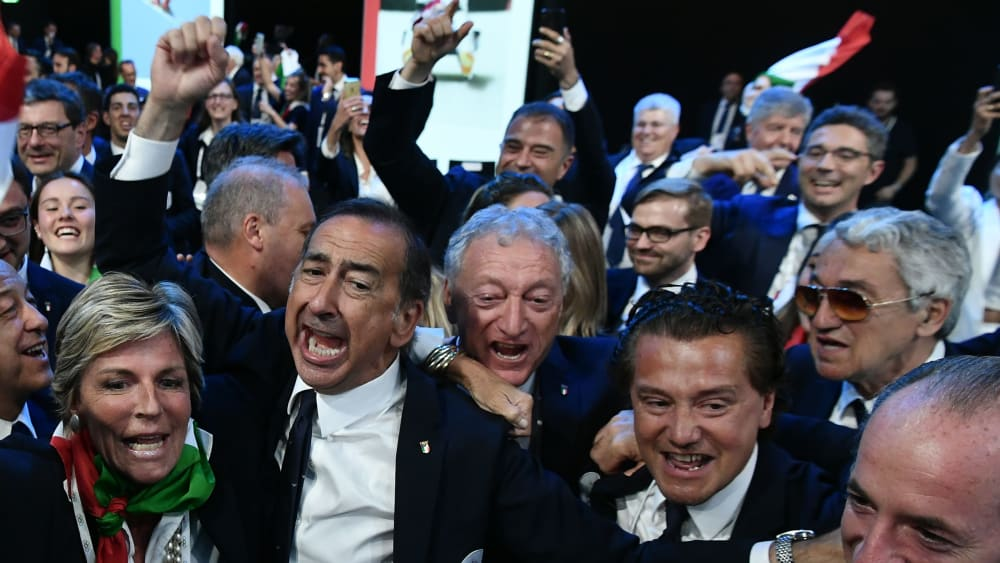 Italiener feiern im Saal den IOC-Zuschlag für 2026.