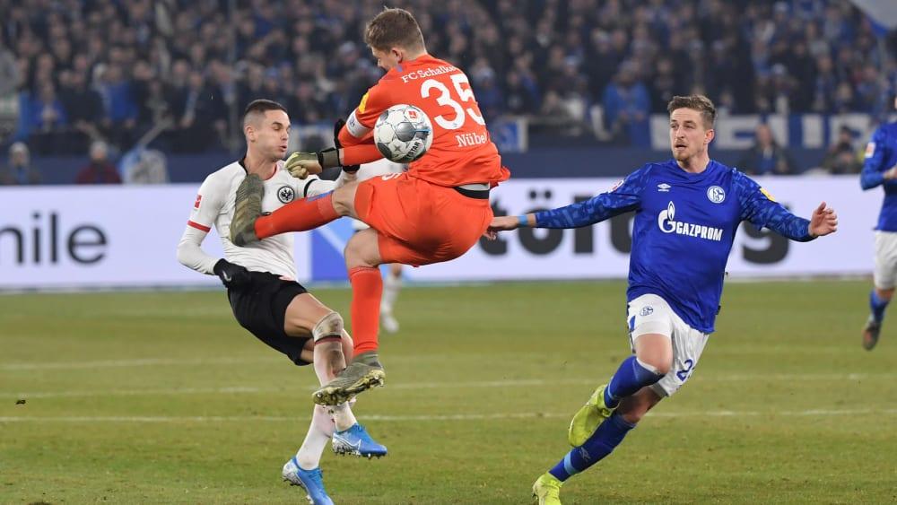 Alexander Nübel kommt gegen Mijat Gacinovic klar zu spät und sieht Rot