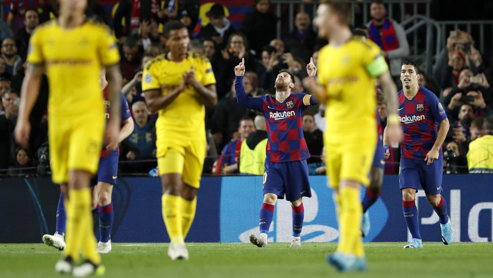 Ein Bild, das Bände spricht: Während die Dortmunder zum Anstoß trotten, jubelt Lionel Messi im Hintergrund über seinen Treffer zum 2:0.