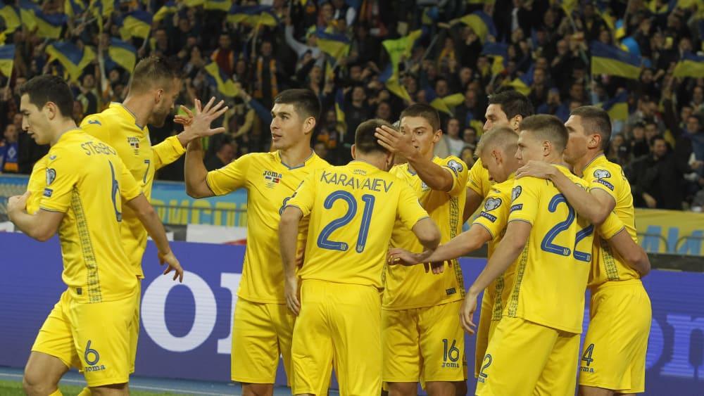 Jubel in Gelb: Die Ukraine feiert ein Tor gegen Europameister Portugal.