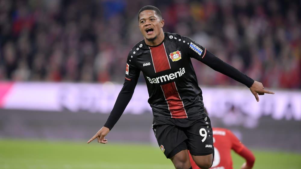 Leverkusens Leon Bailey feiert ein Tor gegen den FC Bayern München.