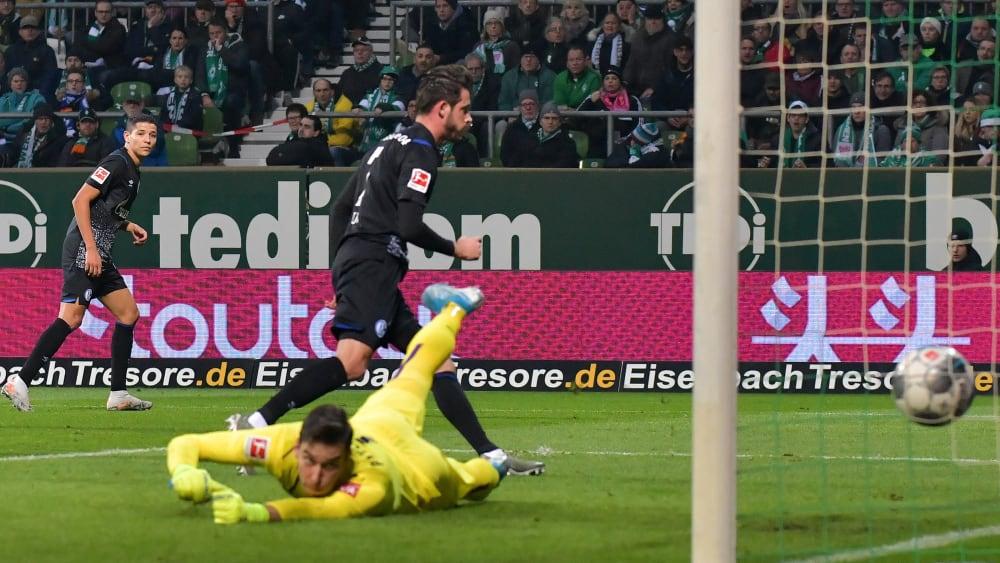 Amine Harit schlenzt den Ball zum 1:0 ins Tor.