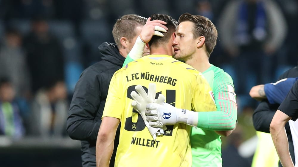 Aufmunternde Worte: Bochums Torwart Manuel Riemann (re.) tröstet FCN-Keeper Benedikt Willert.