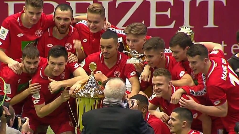 Die U 19 von Mainz 05 freut sich über den Turniersieg in Göttingen.