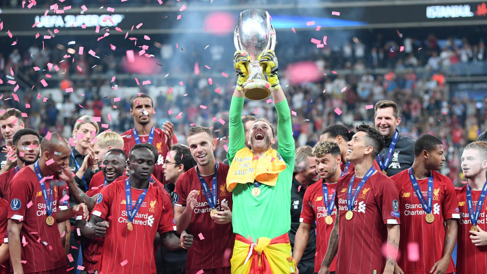Überglücklich: Liverpools Torhüter Adrian stemmt den UEFA-Supercup in den Istanbuler Nachthimmel.