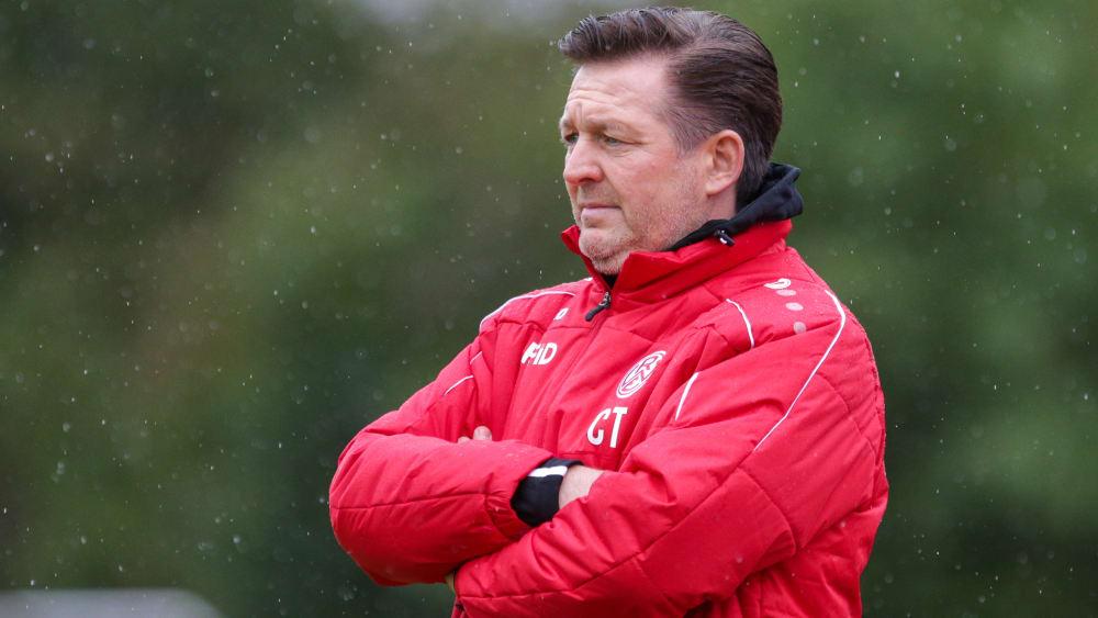 Rot-Weiss Essen Trainer Christian Titz in einer Jacke des Vereins.