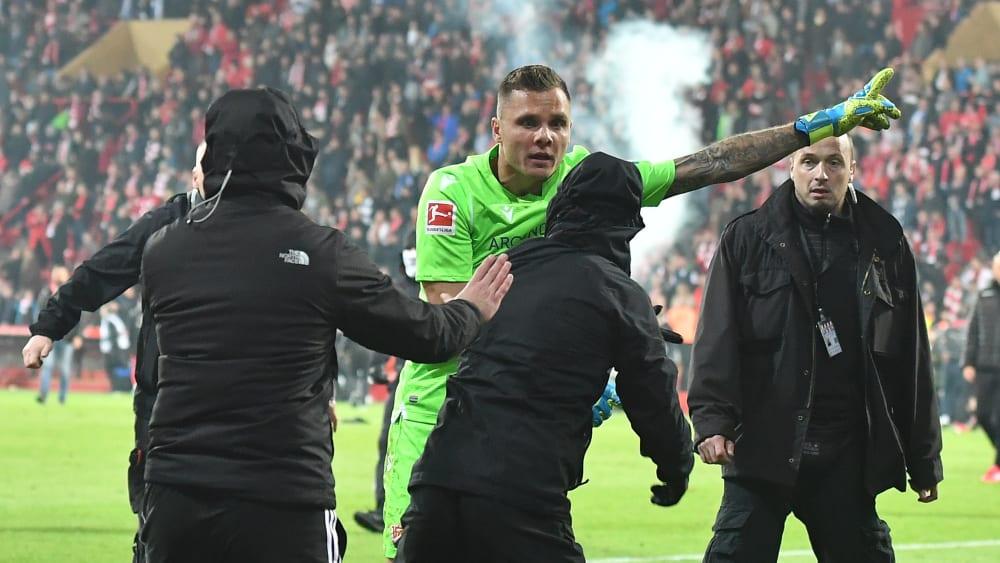 Union-Keeper Rafal Gikiewicz stellt sich im Berliner Derby den auf den Platz geeilten