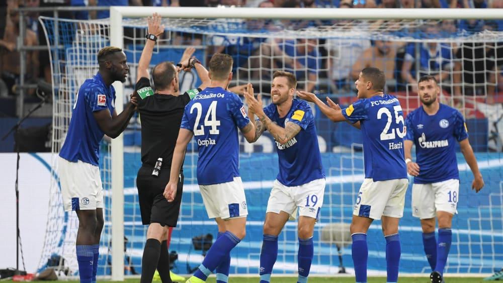 Marco Fritz (2.v.l.) stand beim Spiel Schalke gegen Bayern besonders im Mittelpunkt
