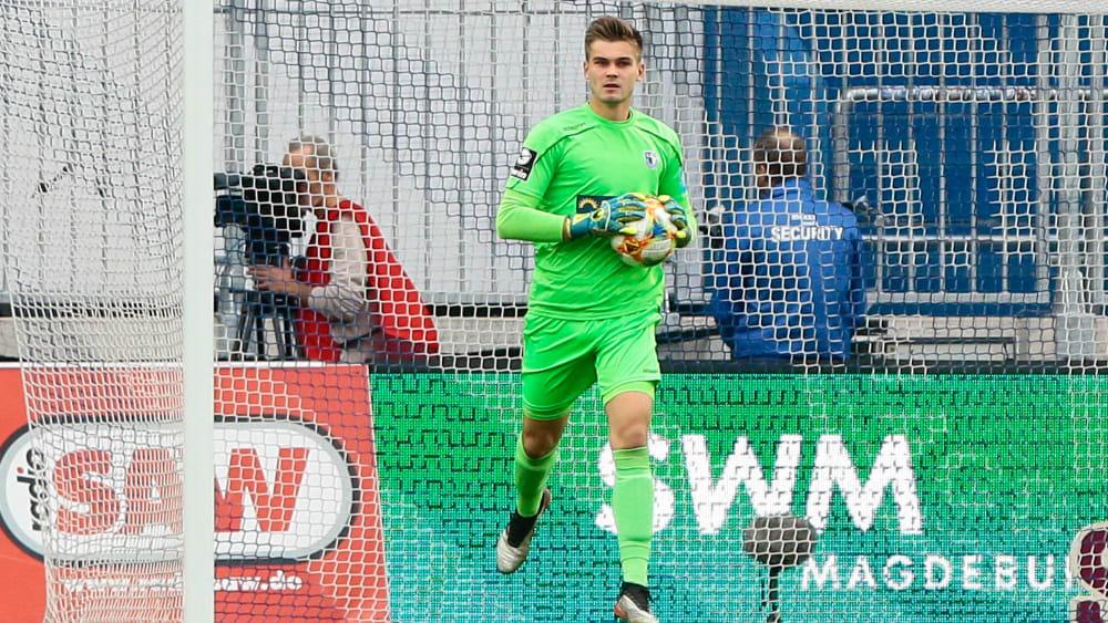 Magdeburgs Morten Behrens mit dem Ball in seinen Händen.