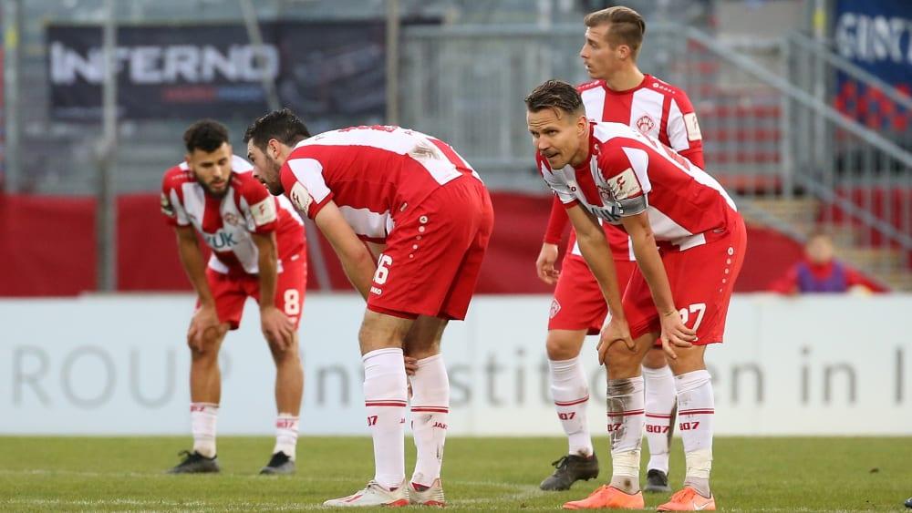 Die Würzburger Kickers rund um Kapitän Sebastian Schuppan (re.) ratlos nach der 1:2-Niederlage gegen den KFC Uerdingen.