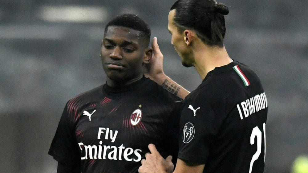 Rafael Leao (links) und Zlatan Ibrahimovic sind Stürmer bei der AC Mailand.