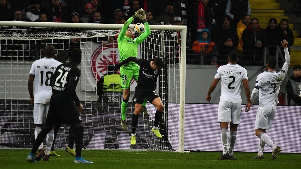 Der zwischenzeitliche Ausgleich: Vitoria-Torwart Miguel Silva (in Grün) will den Ball abfangen und greift ins Leere - 1:1.