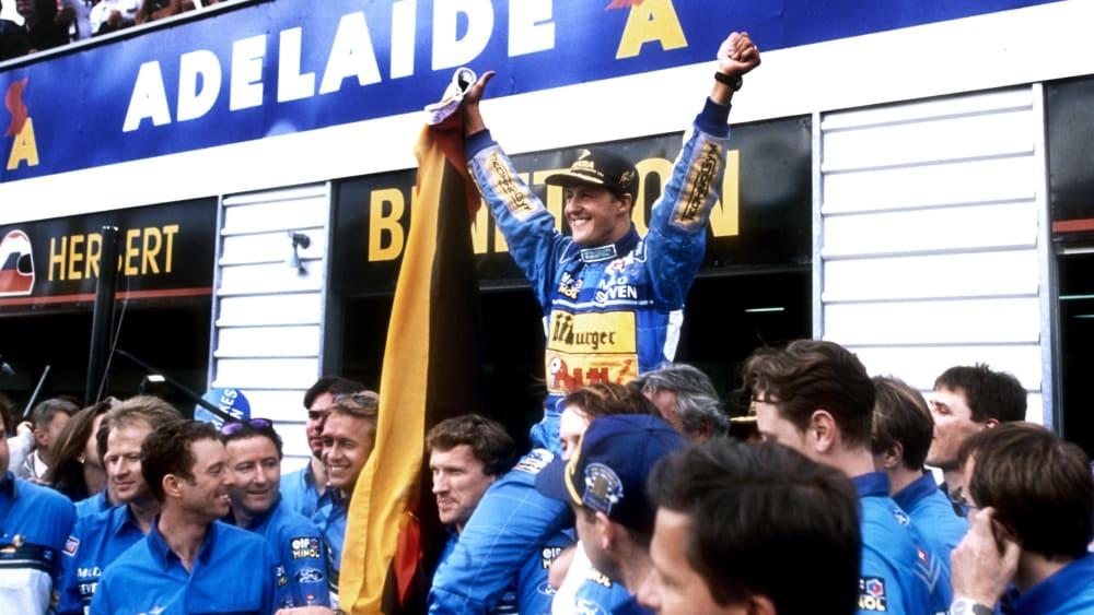 Michael Schumacher ist Formel-1-Weltmeister 1994: Der Kerpener wird vor der Benetton-Box gefeiert.