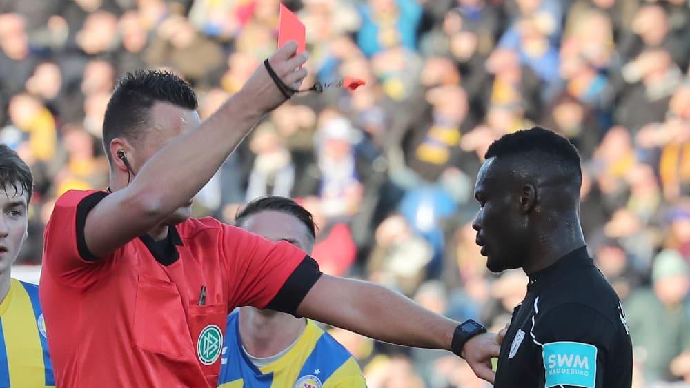 Conteh sah nach seinem Tritt gegen Ziegele die Rote Karte.
