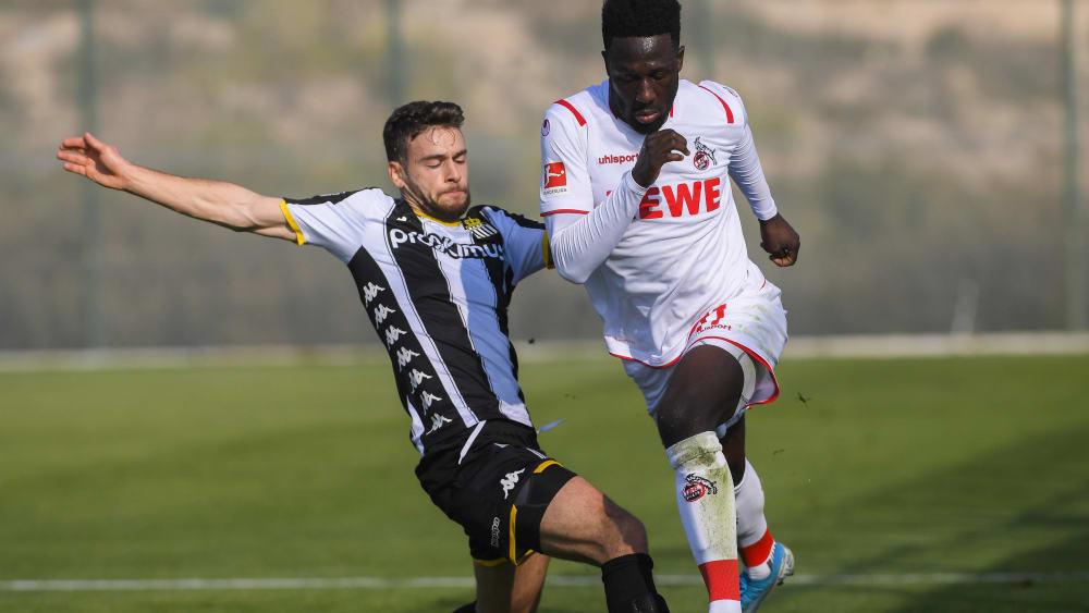 Charlerois Massimo Bruno (li.) gegen den Kölner Kingsley Schindler.