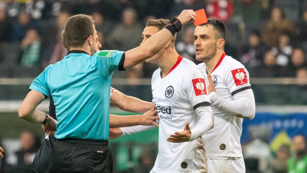 Ungläubiger Blick: Filip Kostic (r.) sieht gegen Bremen Rot.