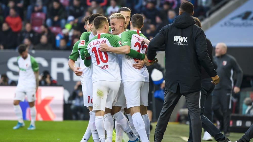 Freude pur: Die Augsburger bejubeln das 1:0 durch Philipp Max (Mi.).