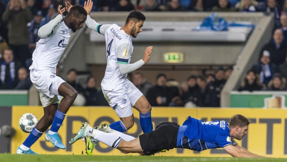 Mit vereinten Kräften: Die Schalker Salif Sané und Ozan Kabak (Mi.) stoppen Bielefelds Fabian Klos.