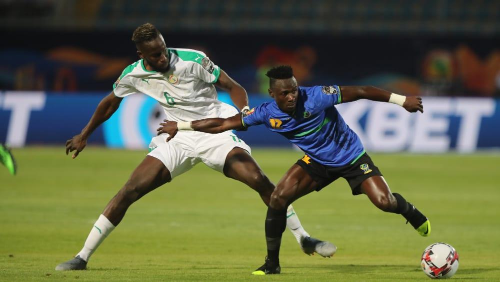 Salif Sané beim Auftaktspiel gegen Faridi Mussa (re.)