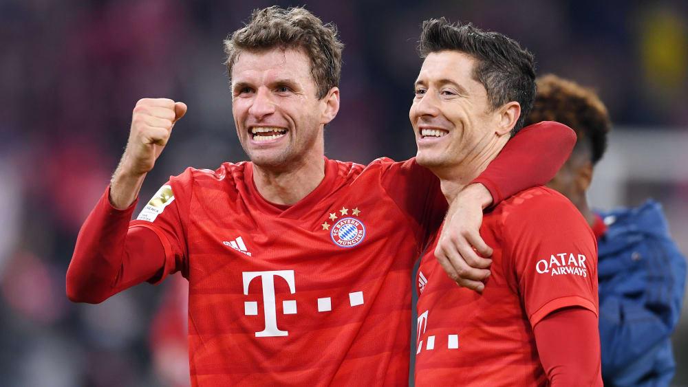 Thomas Müller und Robert Lewandowski genießen die Stimmung nach dem deutlichen 4:0 gegen Dortmund.