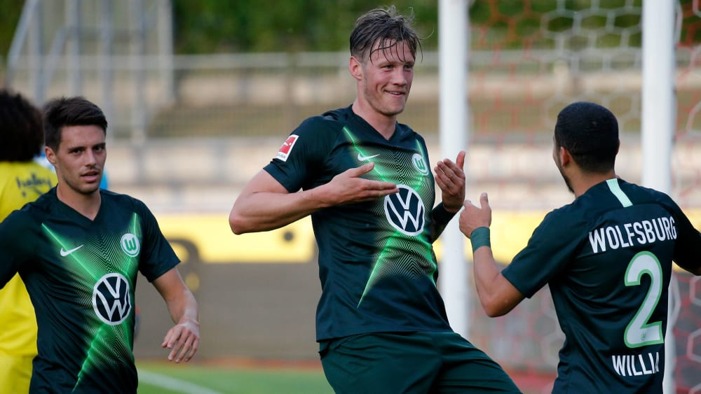 Artig: Wolfsburgs Torschütze Wout Weghörst (Mitte) bedankt sich beim Vorlagengeber William.