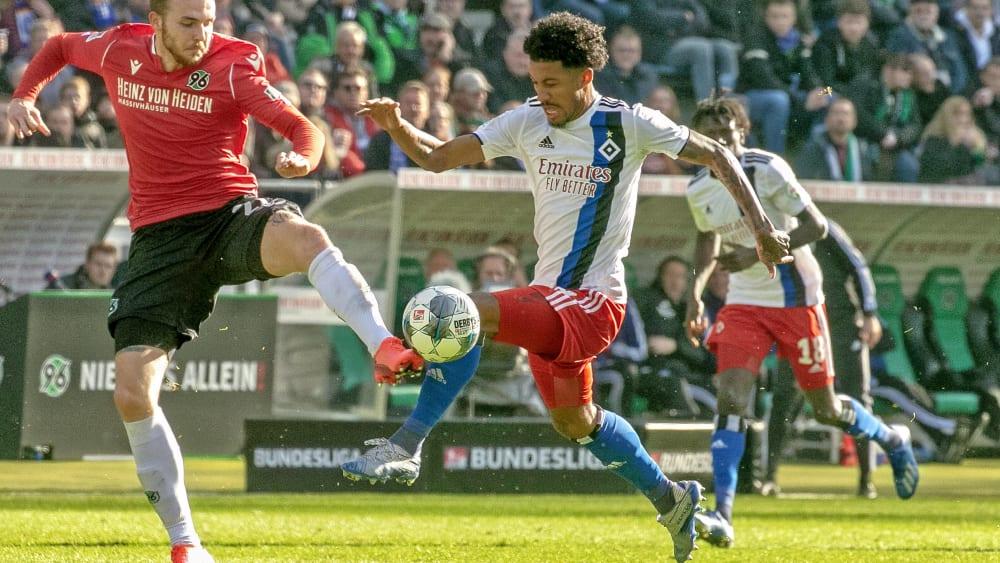 Hamburgs Jeremy Dudziak am Ball.