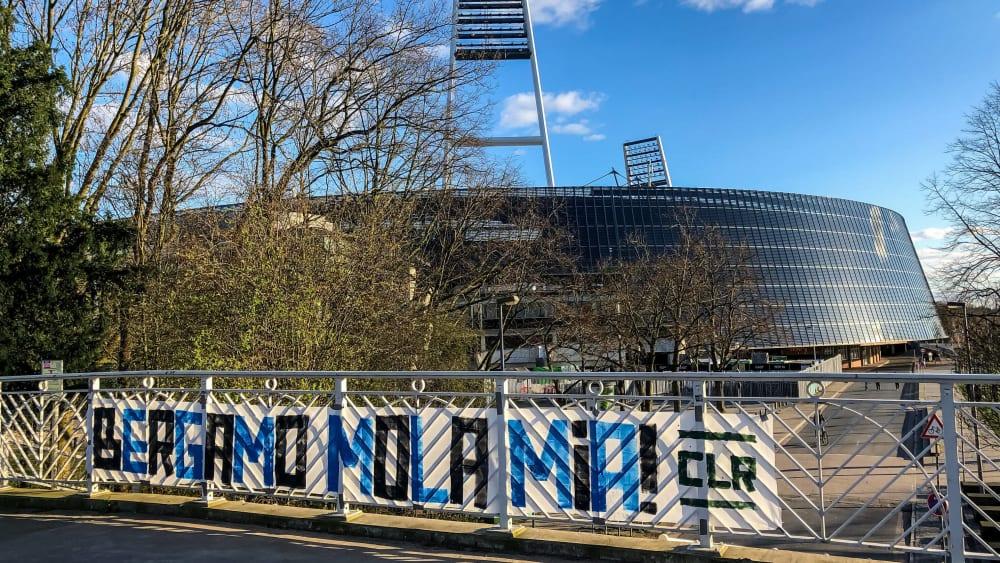 Fans von Atalanta Bergamo haben ein Mut machendes Plakat aufgespannt.