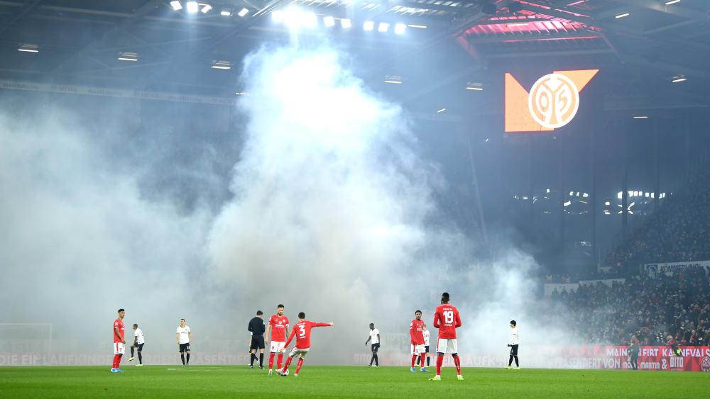 Dicke Rauchschwaden in Mainz: Wegen des Einsatzes von Pyrotechnik musste der Anpfiff um zehn Minuten verschoben werden.