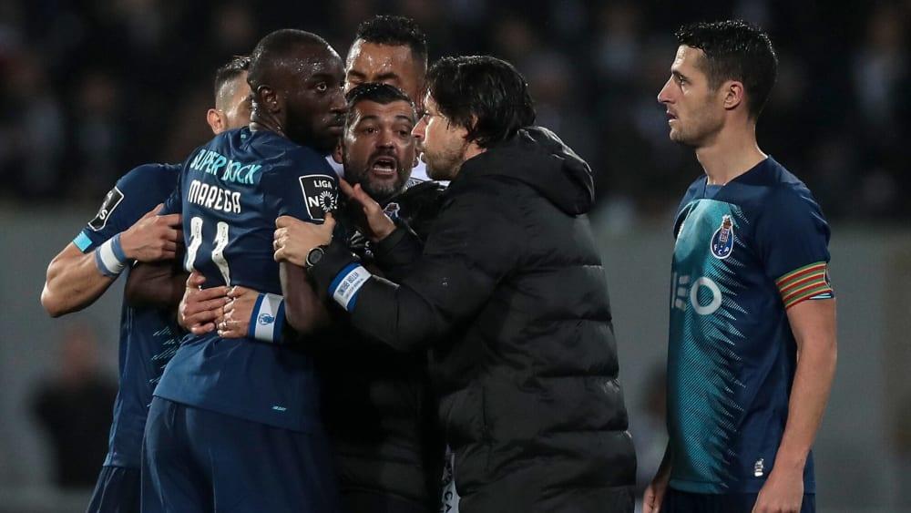 Hitzige Diskussionen: Moussa Marega (l.) umzingelt von Leuten, die ihn zum Bleiben bewegen wollen.