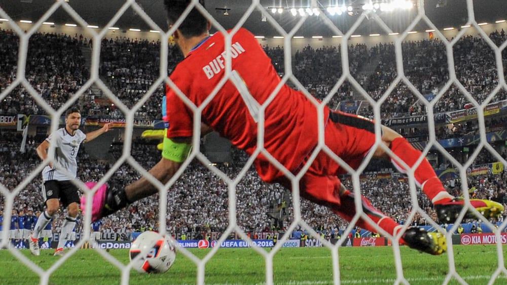 Gianluigi Buffon kann den Schuss von Jonas Hector nicht parieren.