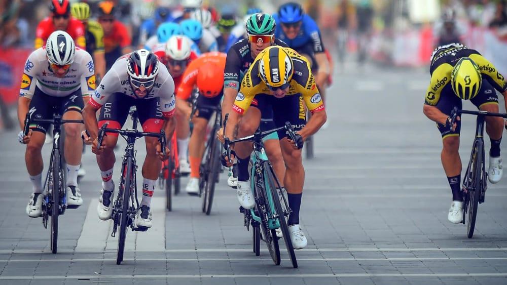 Pascal Ackermann kommt hinter dem Niederländer Dylan Groenewegen ins Ziel.