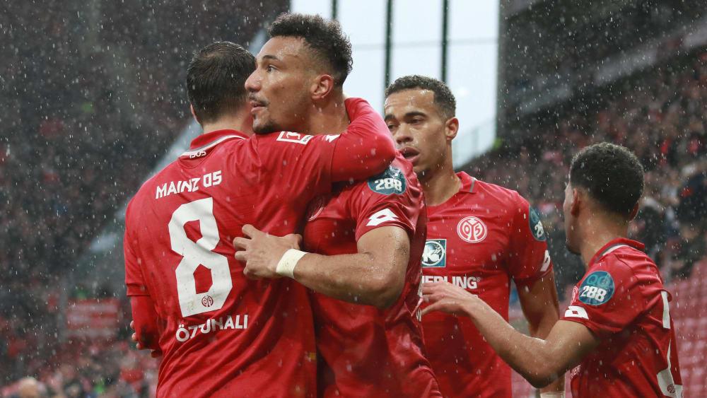 Karim Onisiwo (Mitte) bejubelt sein Tor zum 2:0