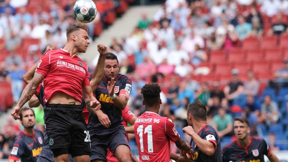 Umkämpftes Duell: Hannovers Marcel Franke (li.) ist vor Regensburgs Marco Grüttner am Ball.