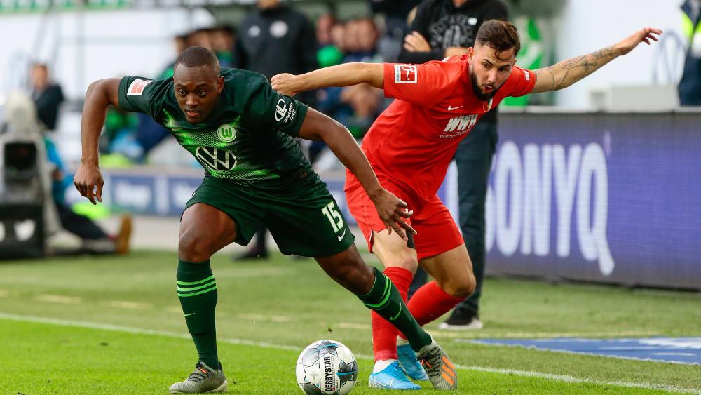 Tanz um den Ball: Wolfsburgs Jerome Roussillon und Augsburgs Marco Richter (r.).