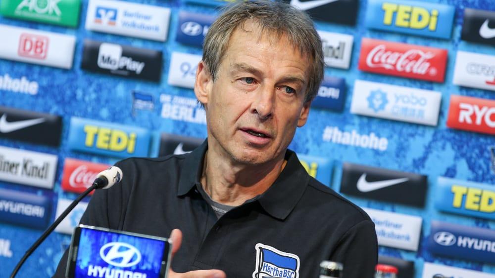 Der neue Trainer Jürgen Klinsmann auf der Spieltags-Pressekonferenz von Hertha BSC.