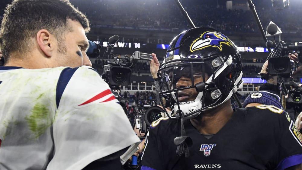 Tom Brady und Lamar Jackson sind Quarterbacks in der NFL.