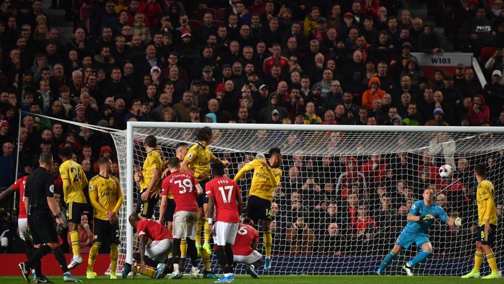 Spät zur Stelle: Arsenals Keeper Bernd Leno (2.v.r.).