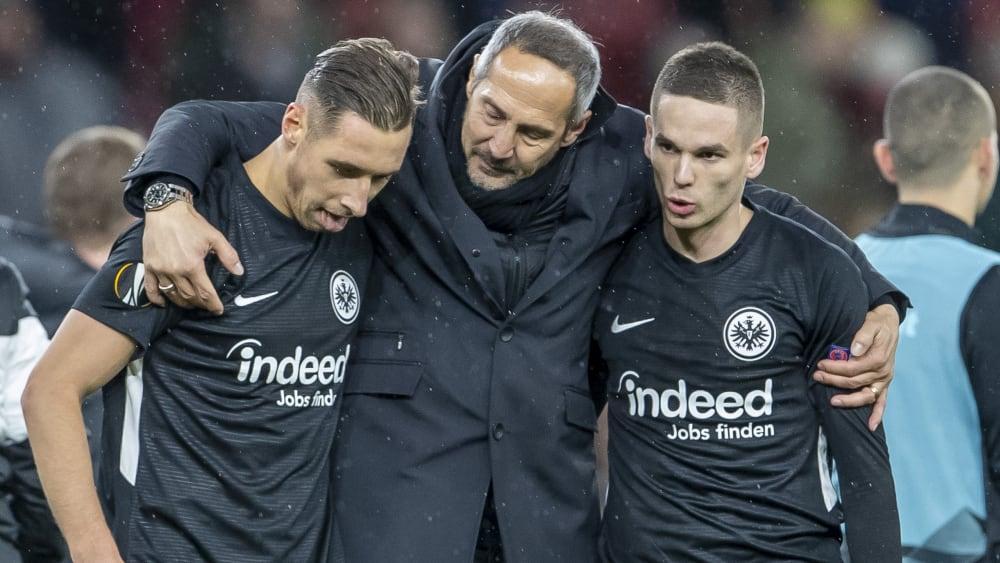 Frankfurts Trainer Adi Hütter mit seinen Einwechselspielern Dominik Kohr (li.) und Mijat Gacinovic.