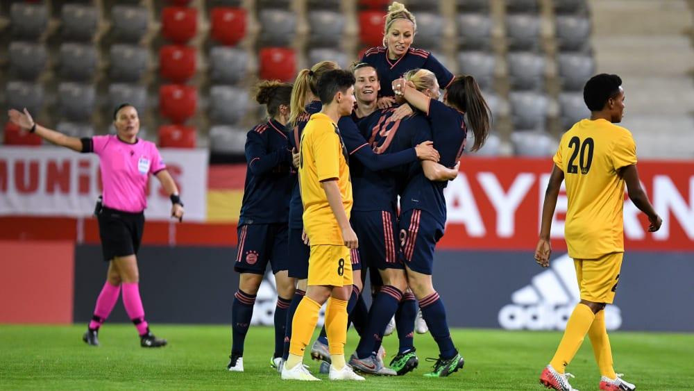 Die Frauen des FC Bayern feiern den Einzug in das Viertelfinale.